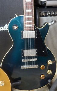 A close-up of the candy apple blue LP (click to see it bigger – source: BostonGuitar @ mylespaul.com).